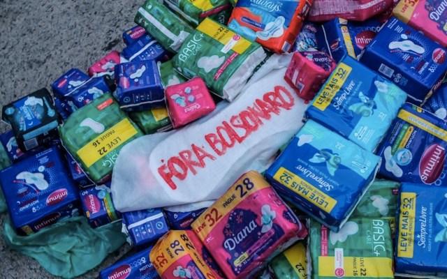 Mujeres protestaron contra el presidente brasileño Jair Bolsonaro tras el veto a una ley que preveía la entrega gratuita de productos para higiene femenina - Foto de EFE