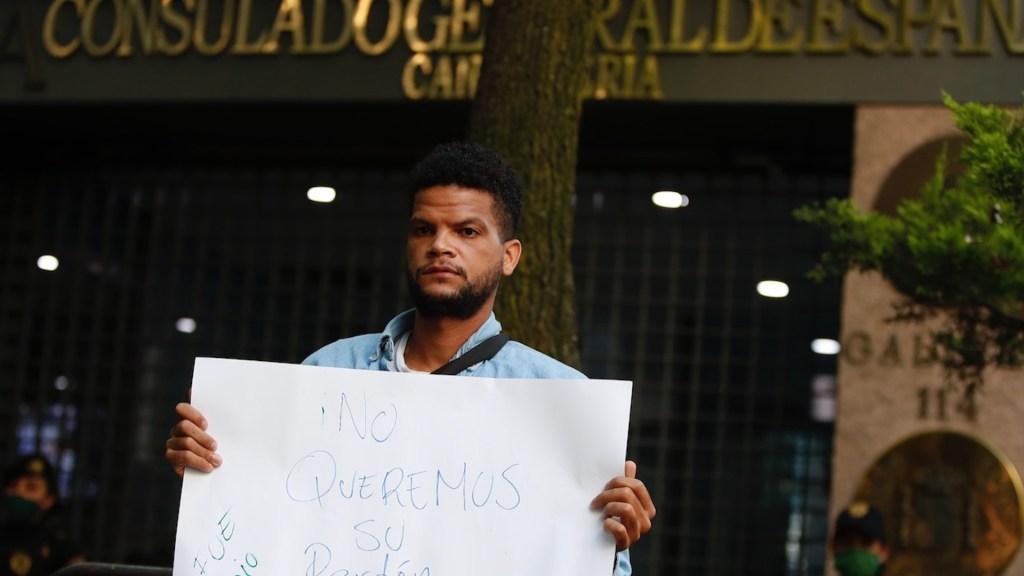 Protestan en las inmediaciones de la embajada de España en México - Protestan en las inmediaciones de la embajada de España en México. Foto de EFE