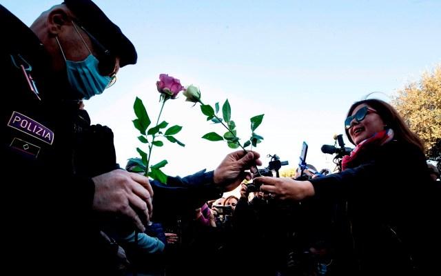 Protestas por el certificado laboral covid en Roma - Una mujer ofrece una rosa a un policía durante una manifestación de protesta por el certificado covid, junto al Circo Maximo en Roma. Las protestas contra la obligación de mostrar el certificado sanitario para acceder al puesto de trabajo en Italia recorrieron hoy el país, en el primer día de su implantación, aunque sin llegar a pararlo, solo con algunas manifestaciones en puertos y ciudades. Foto de EFE/ MASSIMO PERCOSSI.