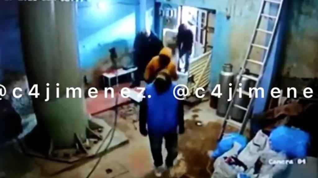 #Video Presuntos miembros de La Unión intentan despojar de casa a matrimonio; hay 28 detenidos - Sujetos que irrumpieron en casa de la colonia Nápoles. Captura de pantalla / @c4jimenez