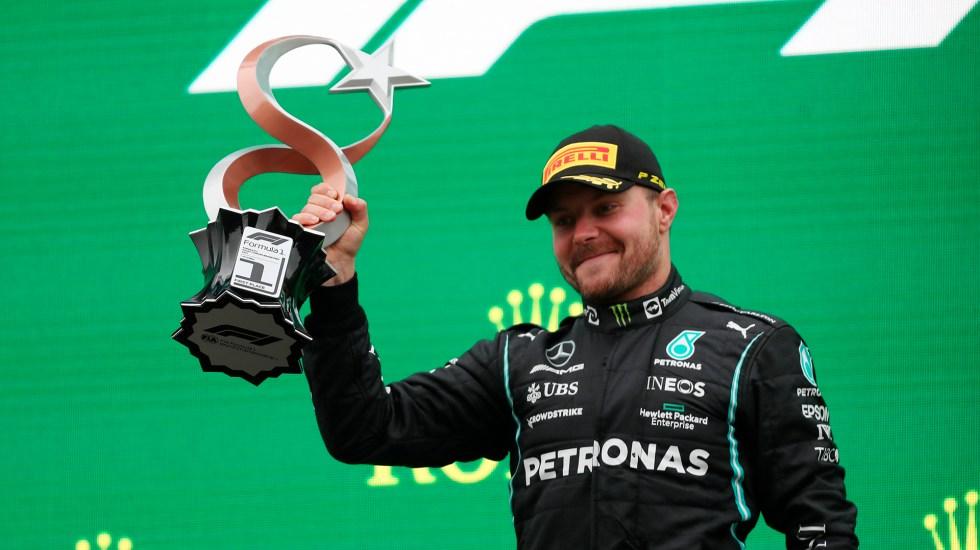 Gana Bottas el GP de Turquía; 'Checo' Pérez queda en tercer lugar - Valtteri Bottas con trofeo de GP de Turquía