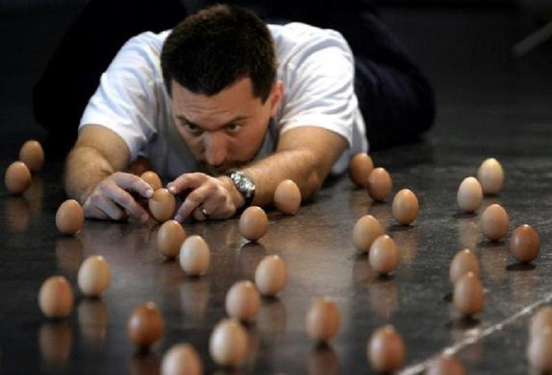 世界一卵を立たせた人画像