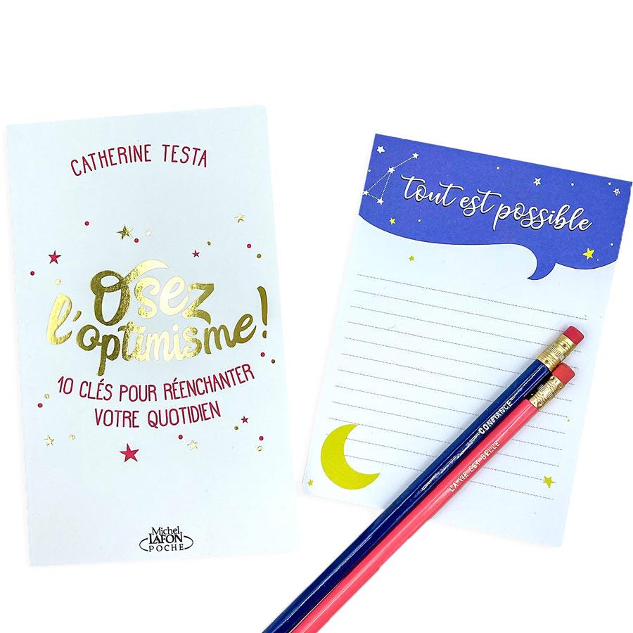 idee cadeau pour la fête des mères avec un livre, un bloc notes et deux crayons