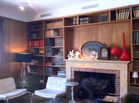 Biblioteca y chimenea de restaurante Deluz.