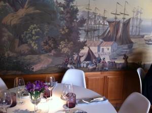Comedor con paredes pintadas, en Deluz (foto: Cuchillo)