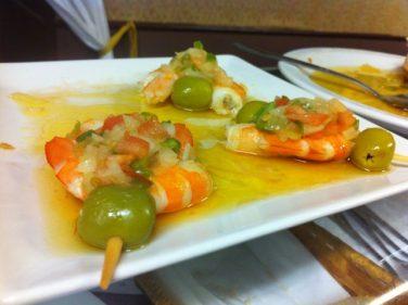 Huevo, gamba y oliva, un pincho muy bilbaíno en el Figón de Rosa (foto: Cuchillo)