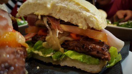Buenísimas están las hamburguesas en Gure Etxea taberna (foto: Cuchillo)º