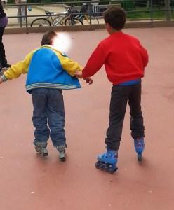 Niños patinando
