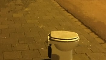 Ouderwetse Stortbak Toilet : Attributen op en rond de pot