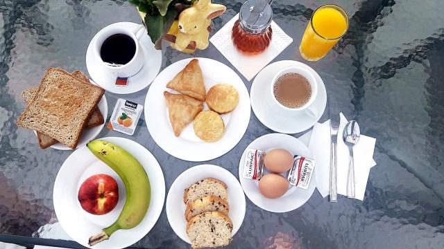mic dejun 2 la Hotel Azalea, kamari, Santorini