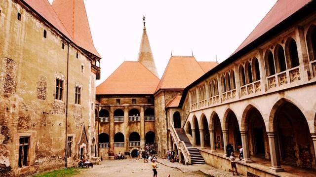Curtea Castelulului Corvinilor
