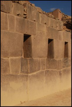 les niches du temple aux 10 niches / niches of the temple of the 10 windows - Ollantaytambo