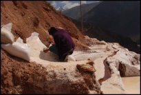 one of the worker harvesting the salt- Remplissage des sacs de 50 kg de sel- Salinas de maras - Peru