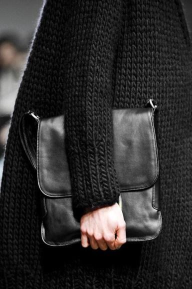 kötött kabát és bőr táska