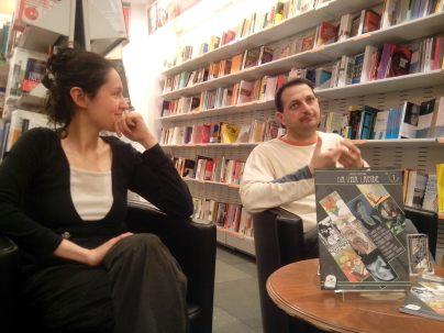 Federica Giulietti con Lorenzo Ramadoro che ha spiegato la trama delle storie del fumetto.