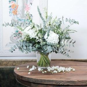 arreglo floral en tonos blancos jarrón de vidrio