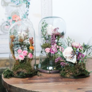 Arreglo floral en campana de vidrio
