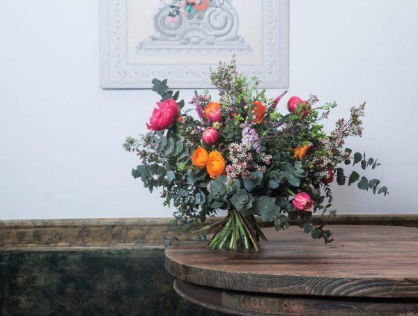 ramo de flores de temporada en tonos variados naranjas malva y coral