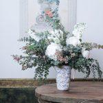 Arreglo floral flores de temporada en jarrón ceáramico verde