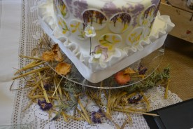 Straw and dried flowers nestled under my perspex cake stand adds to my 'homemade meadow display'