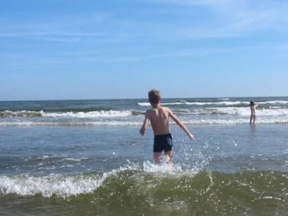 Max sturzt sich in den Wellen