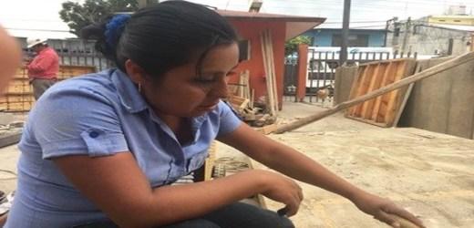 Orgullosa mujer albañil en Oaxaca