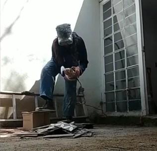 albañil mujer trabajando