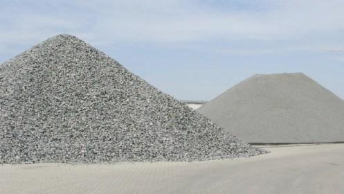 montañas de arena en la construcción 2