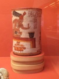 La tasa para el chocolate de los maya con la escena del palacio