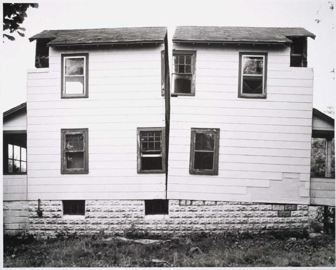 Gordon Matta-Clark, Splitting, 1974 (www.abitare.it)