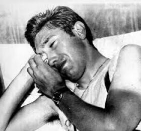 Il campione Eddy Merckx in lacrime, dopo la positività al test anti-doping