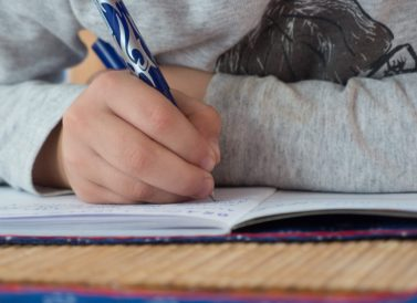 Children writes in school- Fonte : http://libreshot.com/