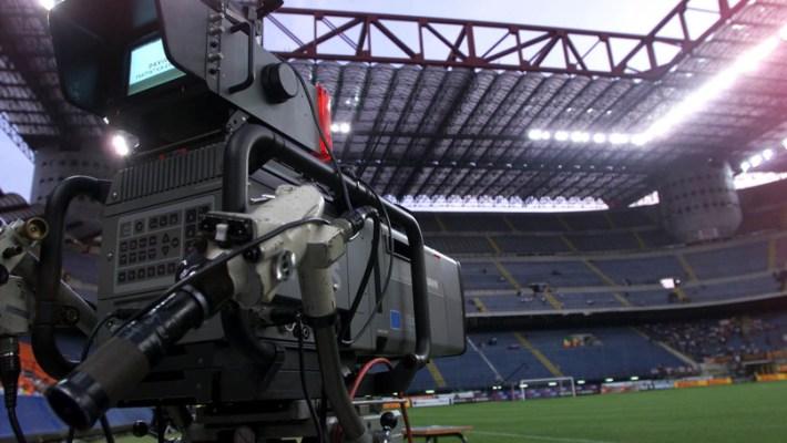 Una telecamera all'interno dello stadio Meazza a Milano. ANSA/DANIEL DAL ZENNARO