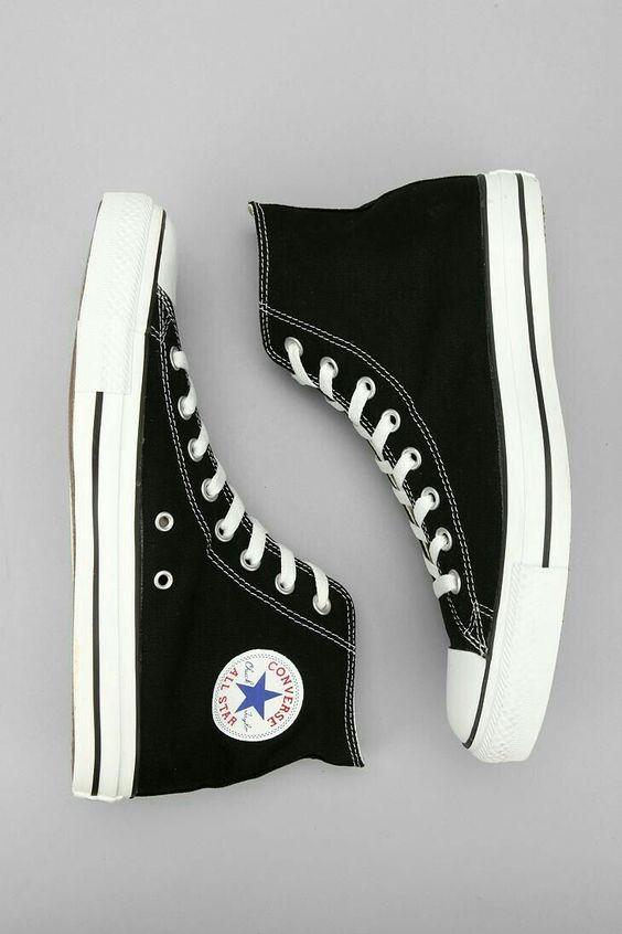 Madrine di tutte le sneakers sono sicuramente le Converse Chuck Taylor All  Star. Nate nel 1917 5ae353b4499