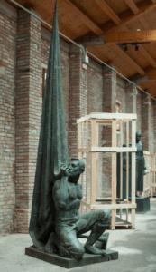 Statua della mostra 'Catalonia in Venice: To Lose Your Head (Idols)'