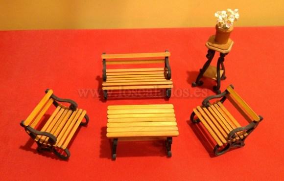 Tresillo de madera en miniatura