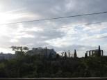 Vistas de la Acrópolis y el templo de Zeus desde una calle de Atenas