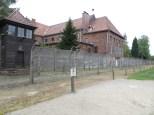 Perímetro de Auschwitz: torre de vigilancia, vallas electrificadas, casa de oficiales al fondo ...
