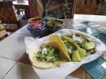 Es muy gracioso comer en un restaurante mexicano de la pequeña Havana de Miami XD