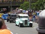 Calles abarrotadas para recibir el desfile de autos clásicos
