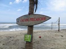 Uno de los peligros del Costeño Beach... eran las fuertes corrientes... otro la caída de cocos... y otro los gringos con machetes!