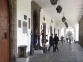 Guardia a las puertas del palacio presidencial