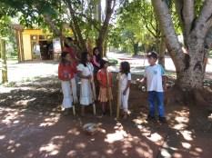 Estos niños acompañados de sus cañas y una guitarra despiden nuestro día en Iguazú, nos vamos hacia Florianópols!