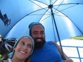 Menos mal que Peter le había comprado a su tuktukero un paraguas. Ellos preferían estar bajo, a cubierto, y nos prestaron el paraguas durante el resto del trayecto. Thank you so much Peter!