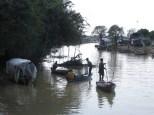 Esa especie de barril hecho de redes son trampas para pescar en las orillas del río. Desde el principio hasta el final (excepto en los lugares donde había villas flotantes) podías encontrar estas redes semisumergidas.