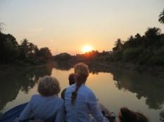 La mujer de Peter y la de Niels contemplan el atardecer, llegando ya a Battambang