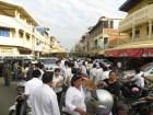 ... y toda esta cantidad de gente a pie y en motos, siguiendo al coche. Todo el mundo vestido com camisa blanca.