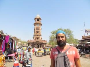 La torre del reloj presidiendo el centro de la plaza. Dale rápido a la foto que hace un calooooor!