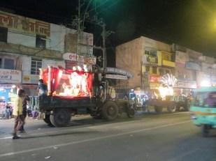 """Alguna persona nos había deseado """"feliz año nuevo"""" durante el día,... y resulta que sí! Aquí alguna de las """"carrozas"""" preparadas para el desfile! Véase el camionaco sobre las que están montadas XDDD"""
