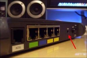 Cómo solucionar los problemas de un router - boton reset router wifi